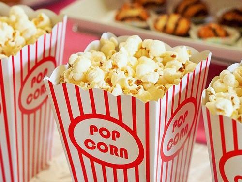 Popcorn au beurre dans des cartons rouge et blanc identifié comme au cinéma