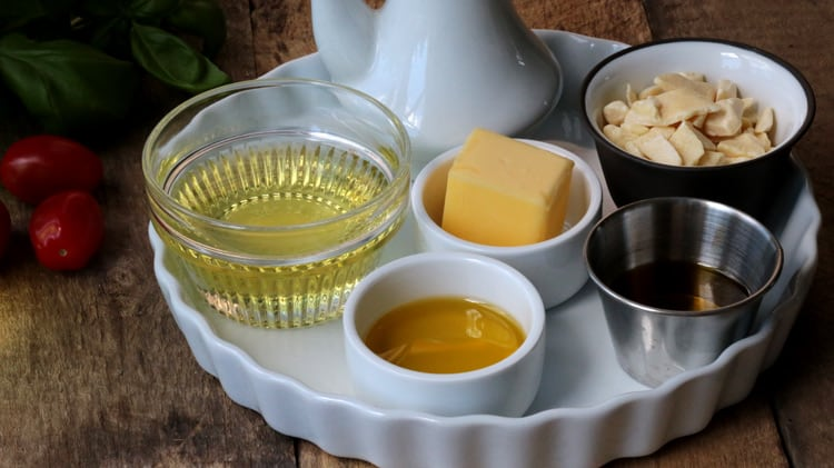 Différentes huiles de cuisson présentées dans des pots et bouteilles variées
