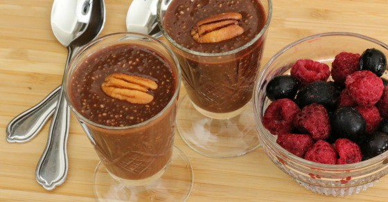 Petites verrines de dessert santé au chocolat avec graines de chia