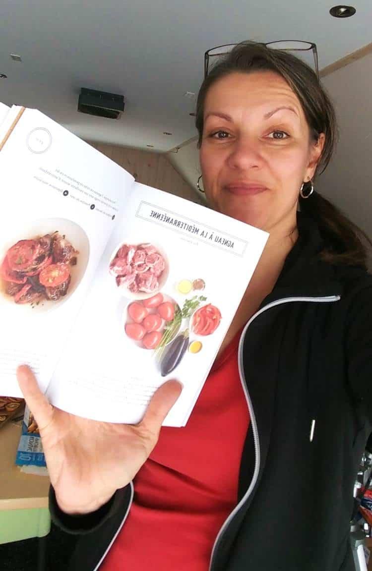 Graine de chia recette au chocolat dans le livre de Recettes Paléo démontré par johanne gilbert.