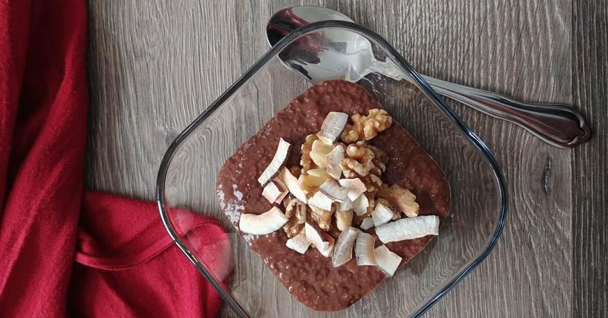 Bol de pouding chia et chocolat garni de flocons de coco et de noix de Grenoble avec tissus rouge et cuillère