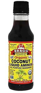 Bouteille de coconut aminos de Bragg's, bio, alternative a la sauce soya, utilisé dans cette recette de riz paléo aux légumes.