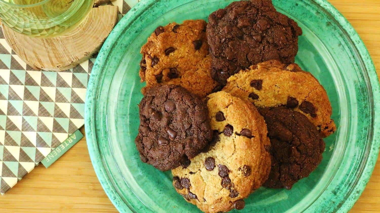 Assiette de biscuits au chocolat en 3 versions sans gluten et sans lactose.