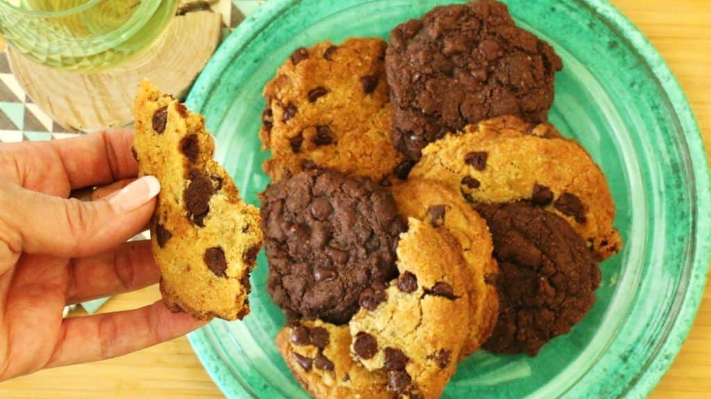 Assiette de biscuits au chocolat à la texture moelleuse.