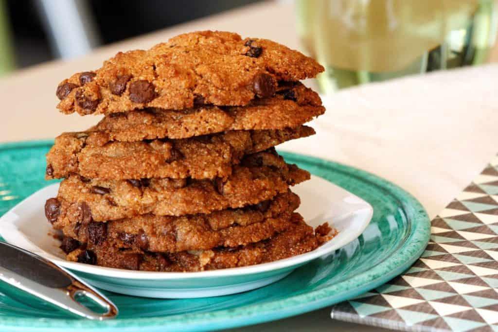 Assiette d'une pile de biscuit au chocolat sans grains, sans gluten et sans lactose.