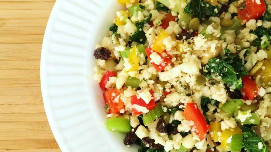 Bol démontrant la recette de riz paléo aux légumes.