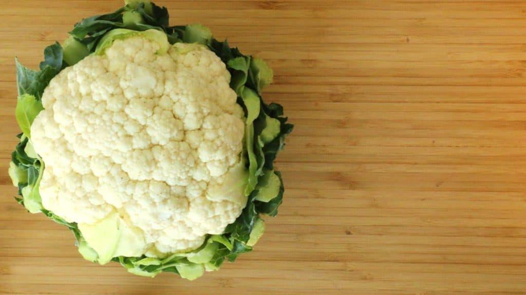 L'ingrédient principal est le chou-fleur, utilisé dans cette recette de riz paléo aux légumes.