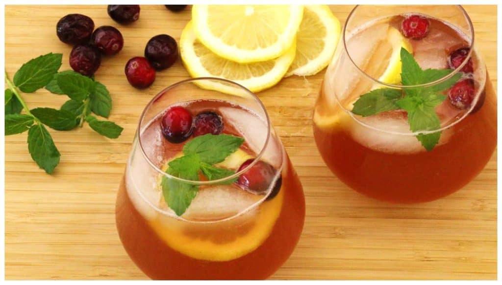 Recette cocktail au citron et canneberges dans 2 verres avec glace.