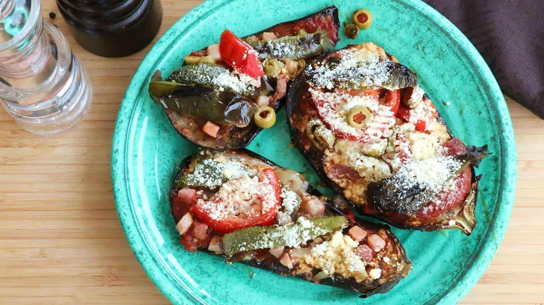 Assiette de présentation de la recette de pizza aubergine.
