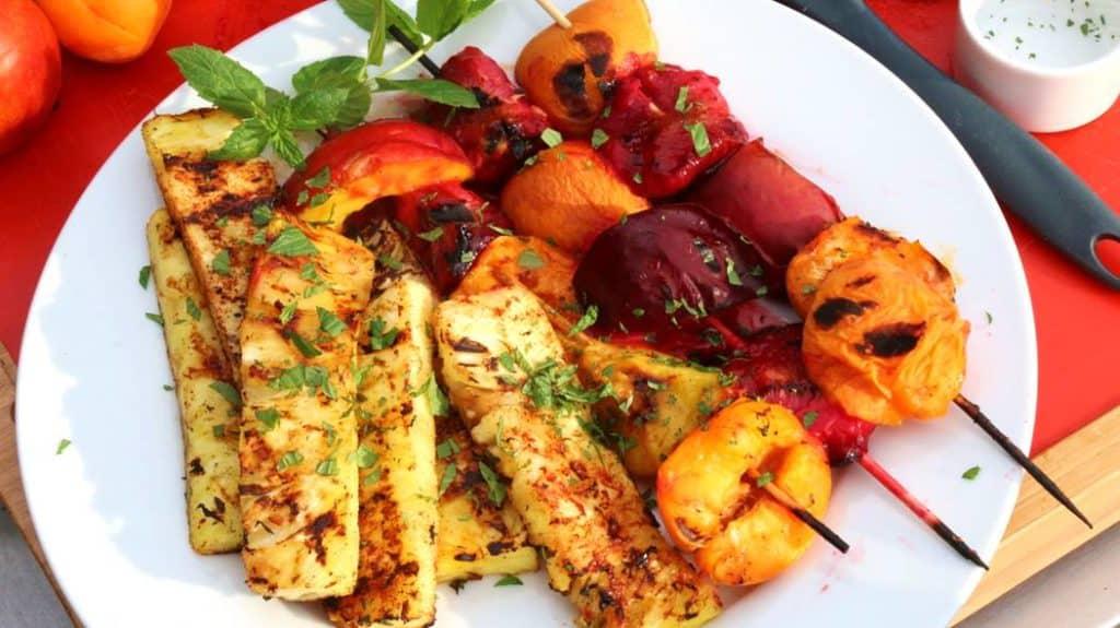 Photo de fruits sur le bbq pour changer nos habitudes alimentaires