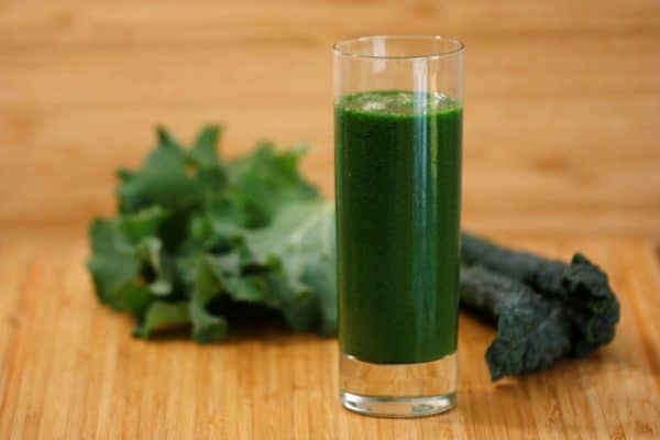 Verre de smoothie vert au chou frisé kale.