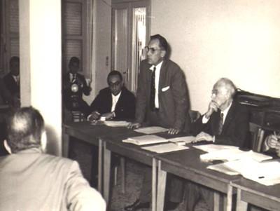 Photo d'Ancel Keys chercheur américain en conférence de presse en Italie, en 1960