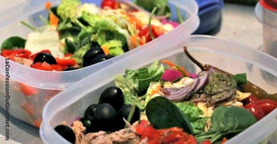 Salades vertes composées en contenant pour lunch et vinaigrette asiatique.