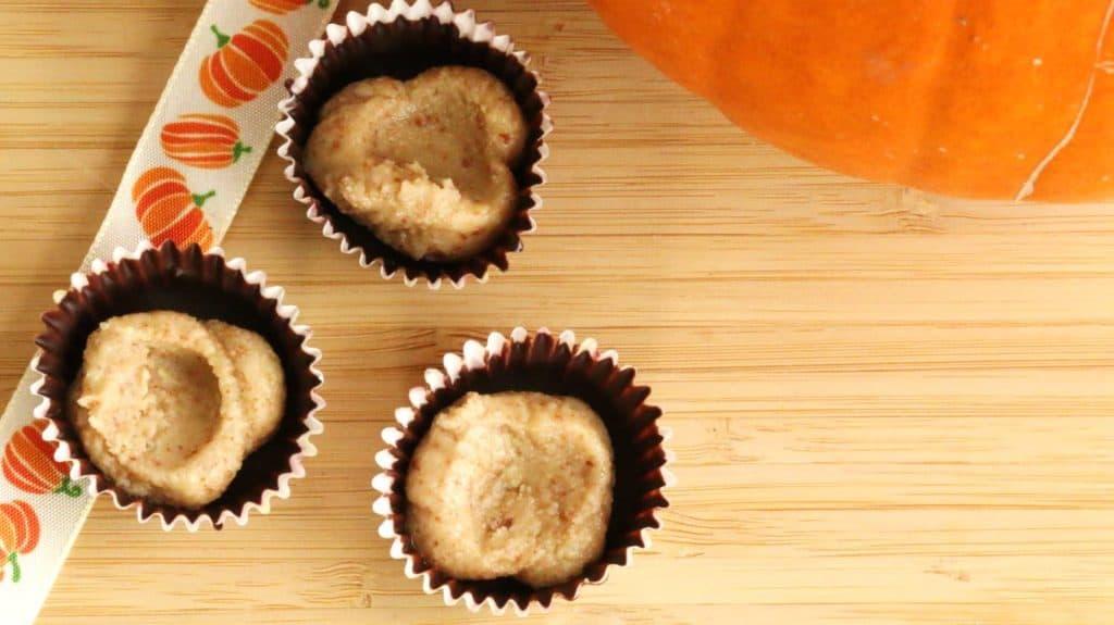 Moules de chocolat avec beurre de noix sur planche de bois, recette halloween de reese's maison