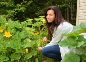 Johanne dans son potager dans l'article changer nos habitudes alimentaires.