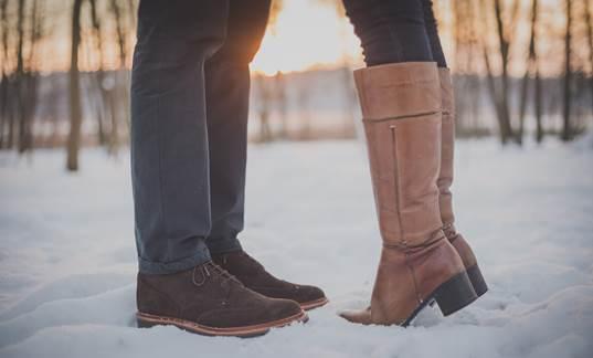 photo romantique d'un couple dont ne vois que les bottes mais qui s'embrassent, elle sur la pointe des pieds