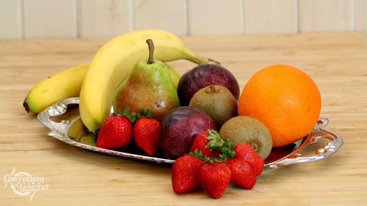 Plateau de chrome rempli de fruits sur surface de bois