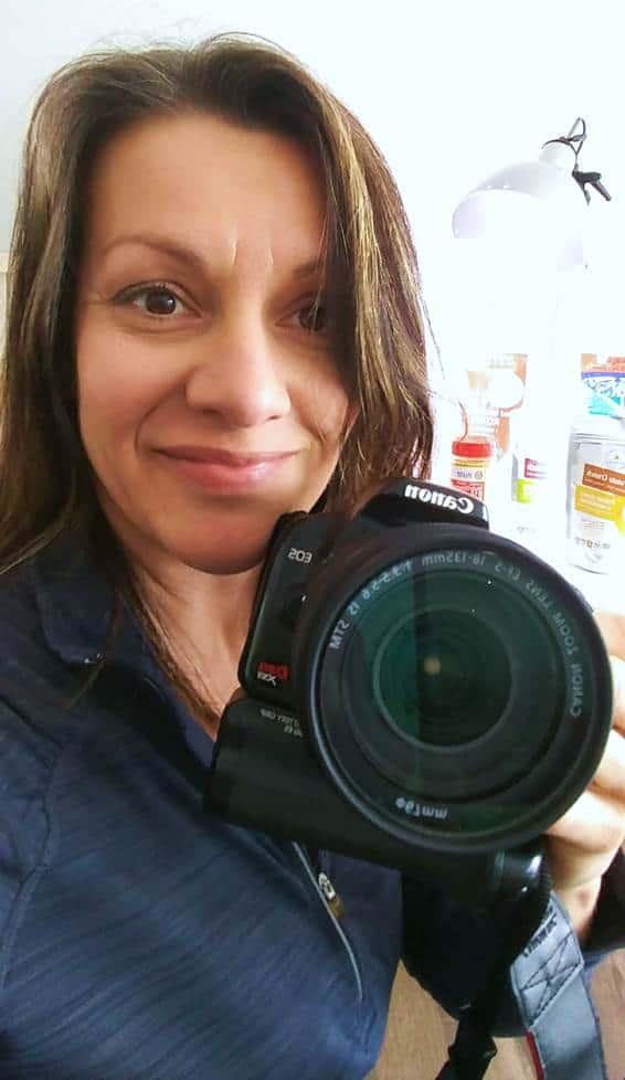 Photo de Johanne Gilbert, naturopathe et bloggeuse chez La Confession du Gourmet qui tient sa caméra Canon en main.