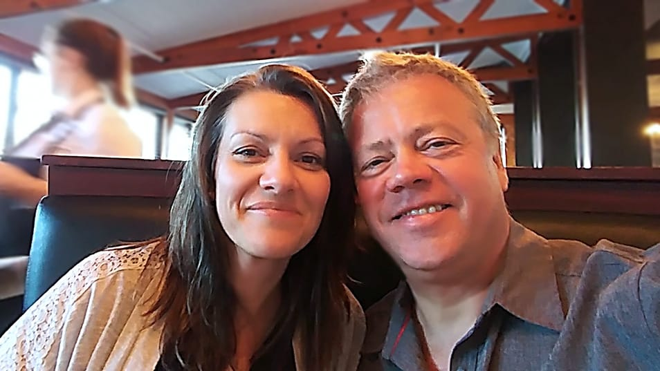 Johanne Gilbert et Michel Joyal autoportrait sur une banquette de restaurant, prêts à débuter un régime cétogène.