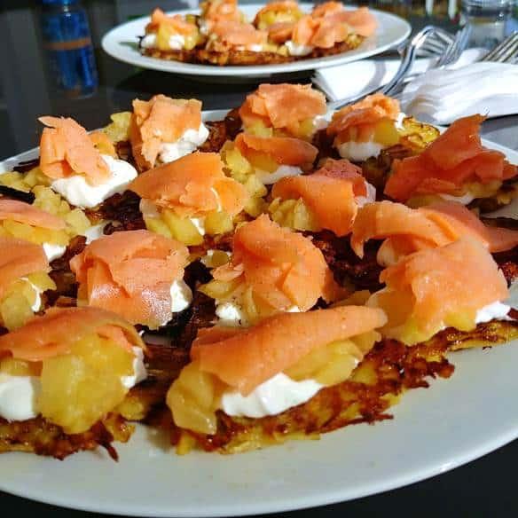 Une vue plus proche des 2 assiettes contenant les bouchées de la recette de saumon fumé.