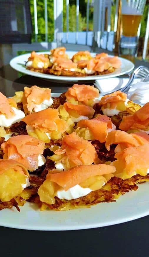 Photo de 2 assiettes contenant les bouchées de la recette de saumon fumé.