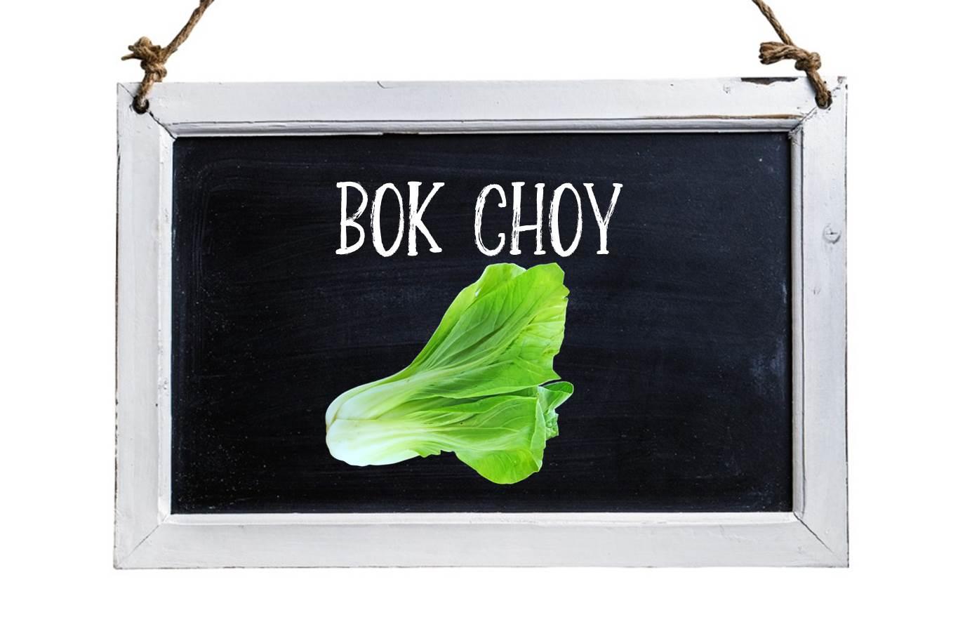 Tableau noir avec image d'un bok choy et le nom du légume écrit à la craie.