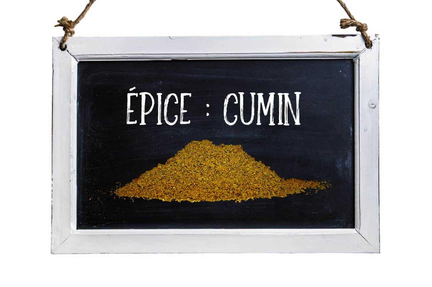 Tableau noir avec photo d'une petite montagne de cumin et écrit à la craie Épice : Cumin.