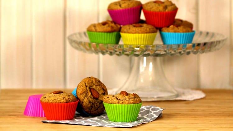Muffins santé dans des moules en silicone colorés sur planche de bambou