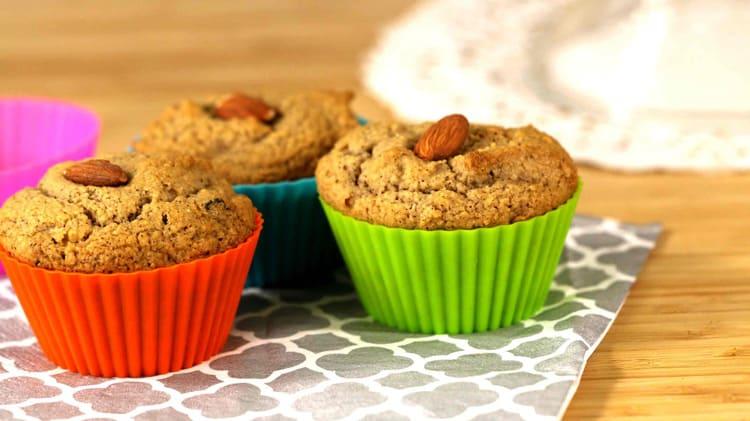 Vue de près des délicieux muffins santé aux amandes.