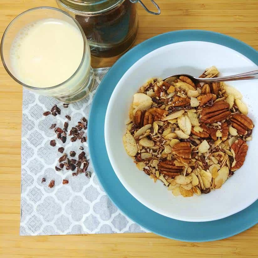 Bol de céréales sans sucre vue de haut avec un verre de lait d'amandes