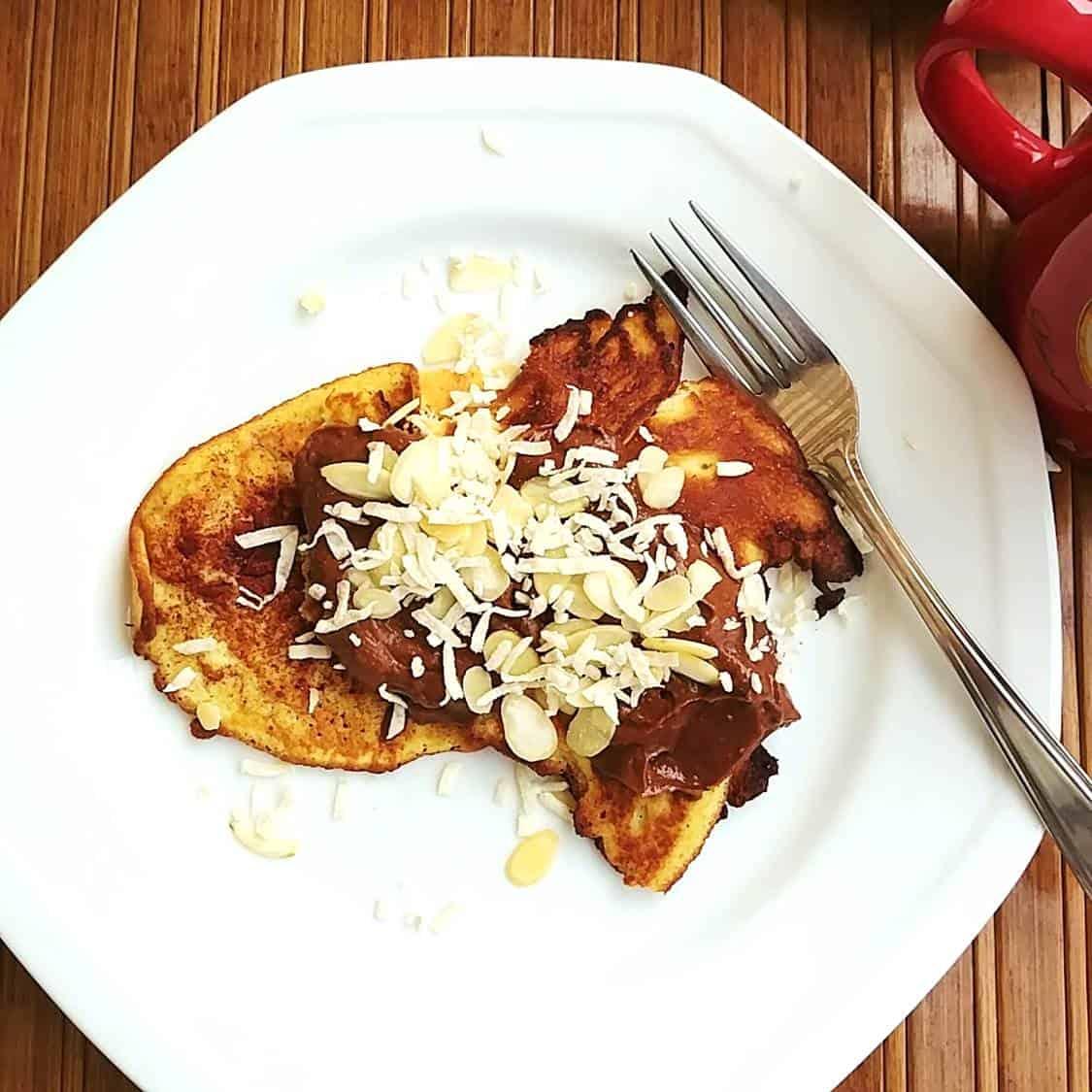 Crêpes sans sucre sur assiette blanche - lien menant vers la recette