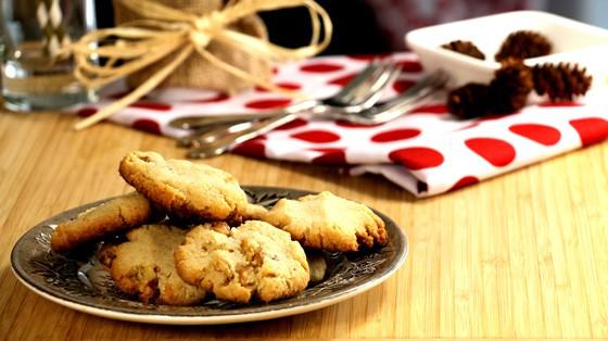 Assiette remplie de biscuits sans sucre aux noix de Grenoble