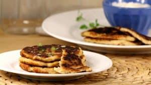 Pain cétogène sur une assiette blanche, recette de pain Naan