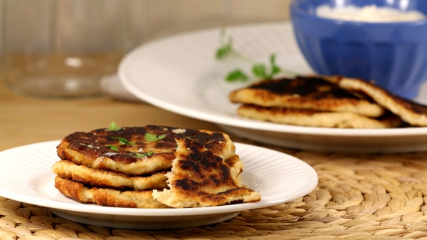 Assiette de petits pains Naan pour régime cétogène servi avec sauce tzatziki