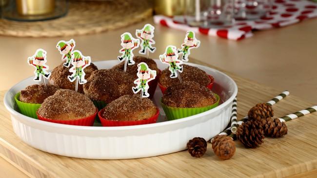 Assiette des muffins de Noël avec des petits lutins verts piqués dans chaque muffin