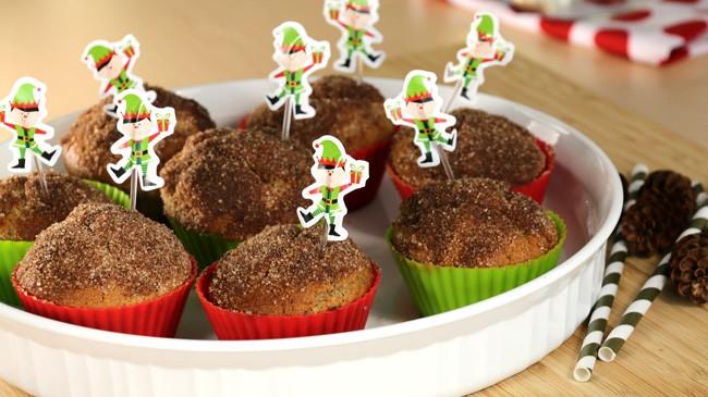Assiette des muffins de Noël givrés sur planche de bois