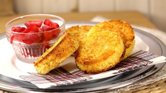 4 petits pains sans gluten présentés sur une assiette avec un petit bol de fraises coupées par Johanne Gilbert de La Confession du Gourmet