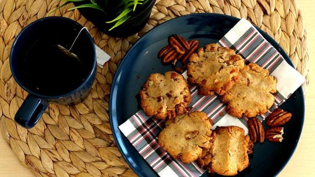 Assiette bleu marin avec 5 biscuits à la cannelle et une tasse de thé
