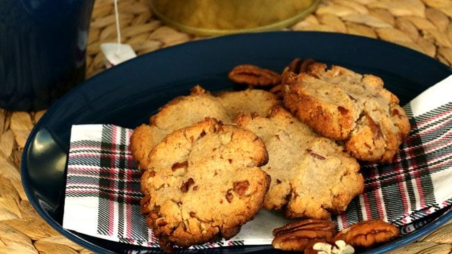 Assiette bleue remplie de biscuits à la cannelle et aux pacanes