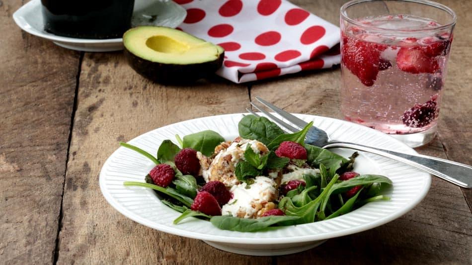 Vue à angle de l'assiette de salade sur planche de bois