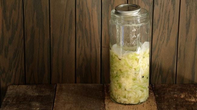 Bocal de choucroute maison en fermentation