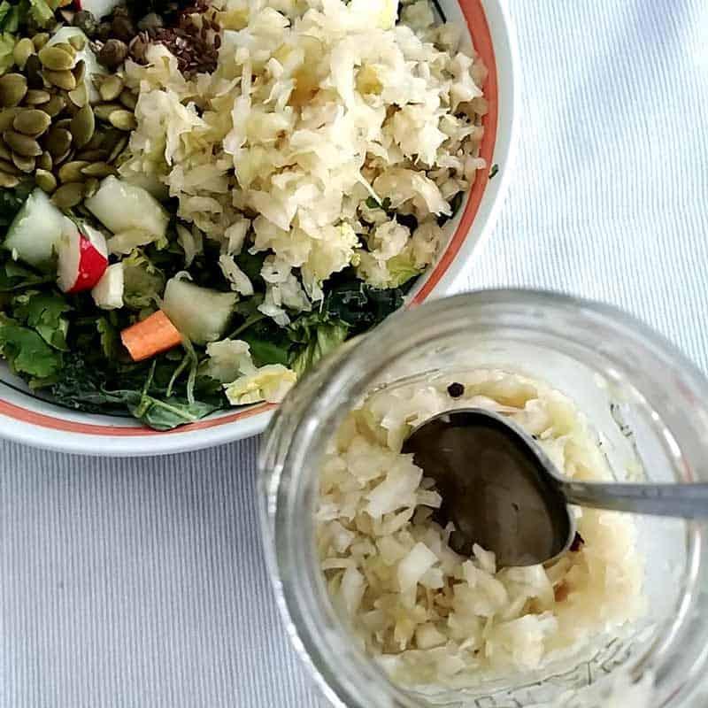 Bocal de choucroute vue de haut et salade (lien menant vers la recette de choucroute)