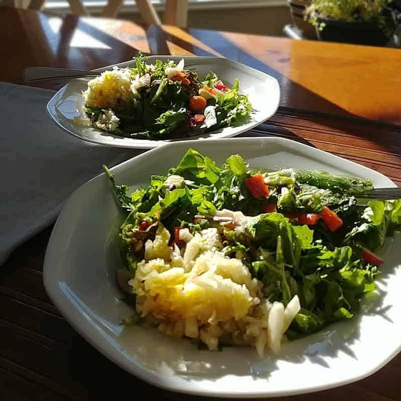 2 assiettes de salades de légumes avec choucroute au soleil