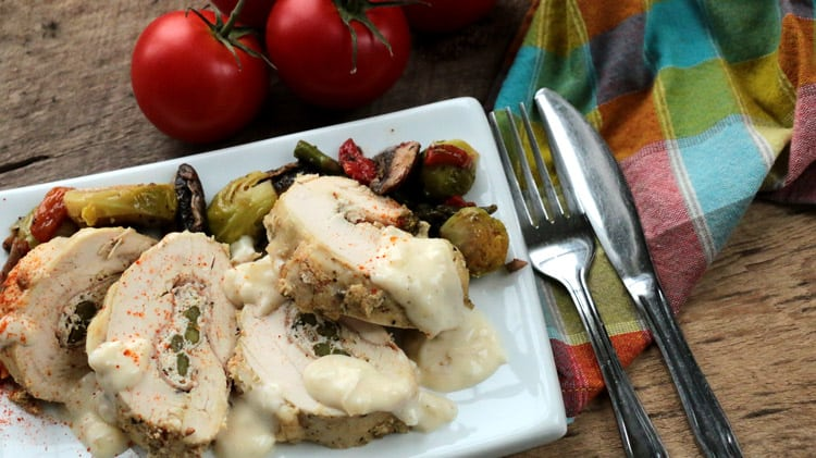 Poitrines de poulet farcies en rondelles sur une assiette blanche et serviette de table