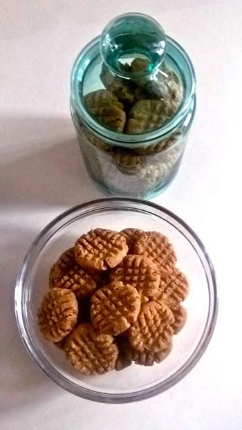 Recette de biscuits au beurre d'arachides cuisinée par une abonnée du blog dans une assiette en verre et pot de verre teinté