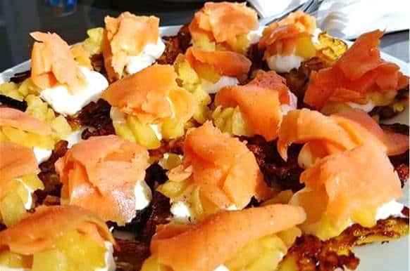 Assiette d'entrées froides de saumon fumée sur röstis, recette paléo