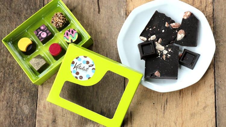 Boite de 6 chocolats originaux et tablette de chocolat sur une assiette