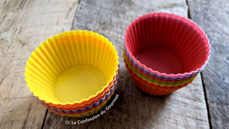 Moules en silicones colorés utilisés pour faire une collation cétogène au chocolat