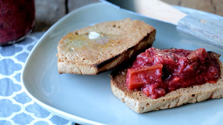 Rôtie cétogène avec confiture de rhubarbe et fraise dans une assiette carrée et serviette de table