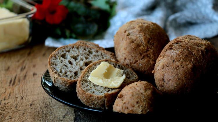 Petits pains avec beurre vu de près sur assiette noire